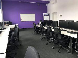 Sala komputerowa w Liceum Edukacja we Wrocławiu